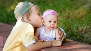 Ревность у детей: старших к малышам и у погодков. Как ее избежать?