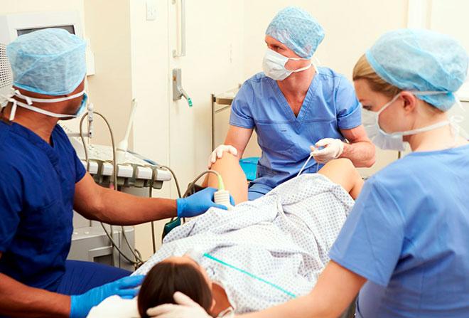 женщина в операционной лежит на столе