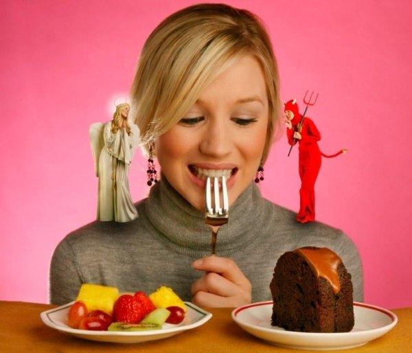 Девушка выбирает между вредной и полезной пищей.