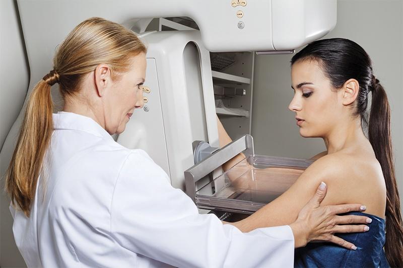 женщине делают маммографию
