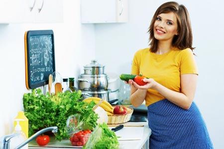 Женщина держит овощи и улыбается