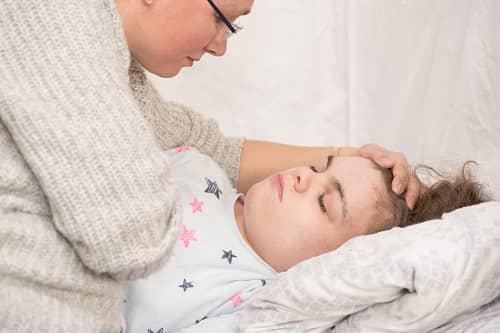 Приступ эпилепсии у девочки в постели