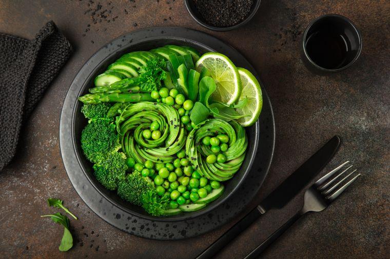 горох, спаржа и авокадо