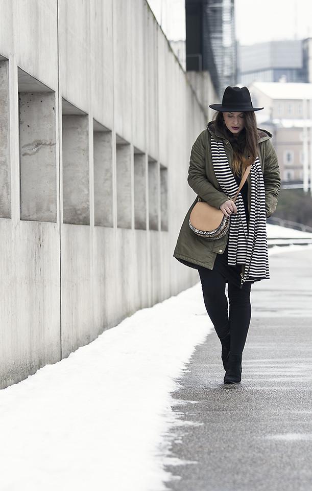 черные леггинсы с длинной курткой и шляпой