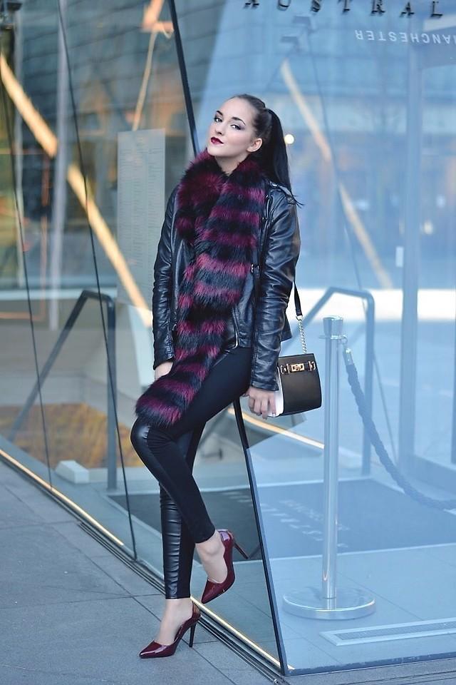 кожаная куртка с шарфом и черными лосинами