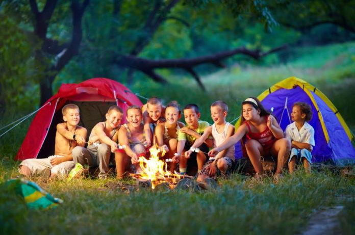 дети у костра в лагере